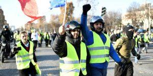"""وفاة متظاهرة وإصابة الكثيرين في احتجاجات فرنسا """"السترات الصفراء"""""""
