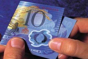 مصر تنوي طرح نقود بلاستيكية والبنك المركزي يعلق